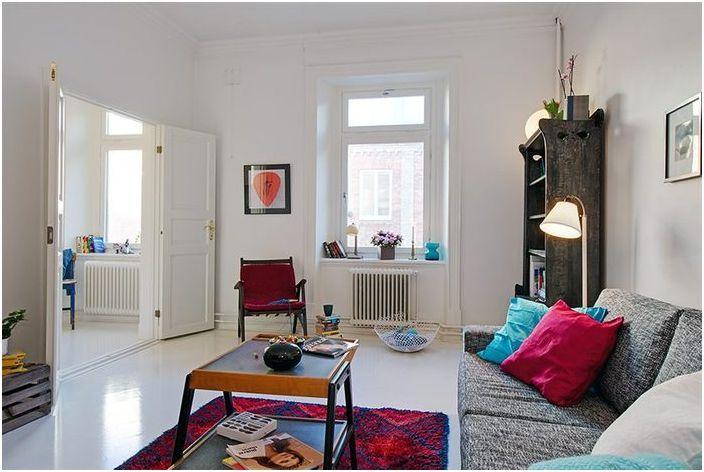 Тук успешно съжителстват бюджетни мебели от IKEA и винтидж елементи.