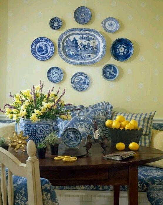 Декор из тарелок в интерьере столовой