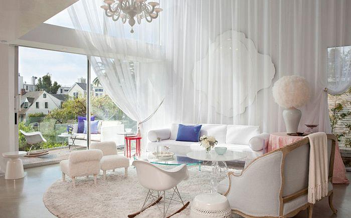 Белая драпированная ткань придаёт гостиной женский шарм