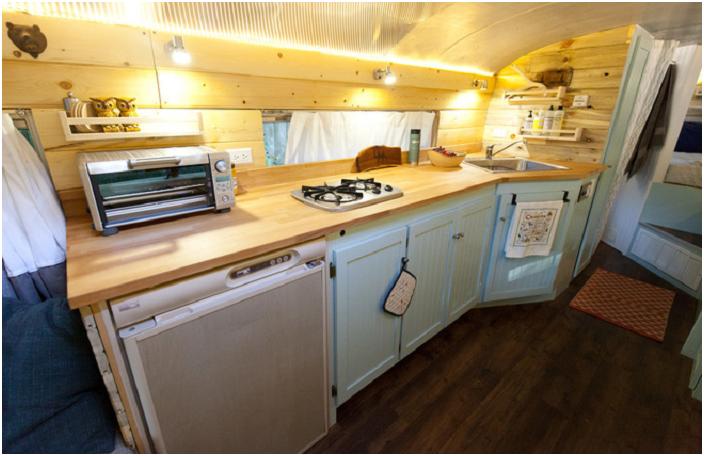 Уютна кухня, оборудвана точно в стария училищен автобус.