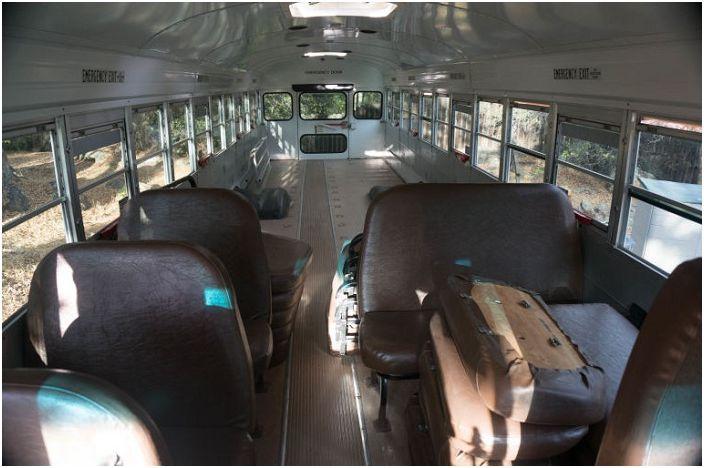 Старият училищен автобус е превърнат в удобно жилище.