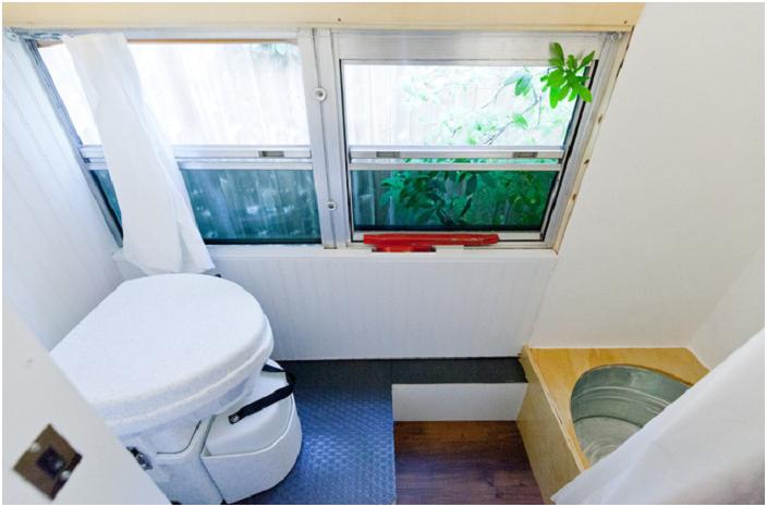 Компост тоалетна и импровизиран душ в автобуса.
