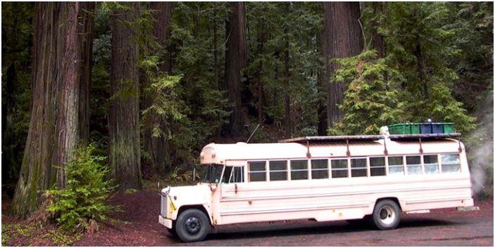 Училищен автобус, превърнат в кемпер.
