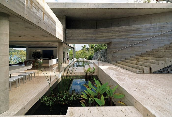 Къща с многобройни водоеми вътре.