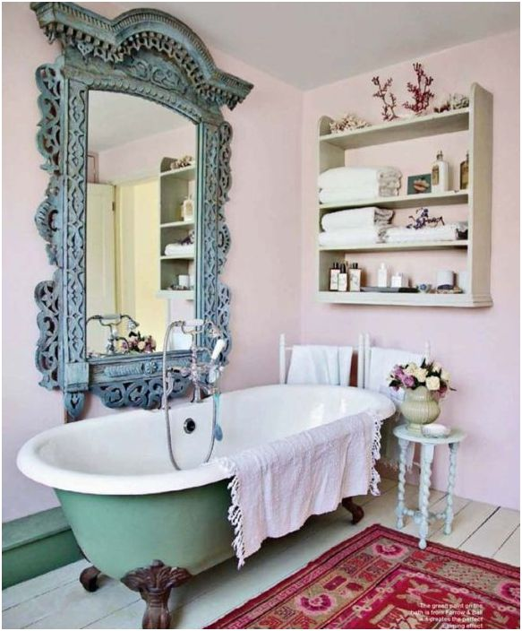 Зеркало в массивной раме - яркий элемент декора в винтажной ванной