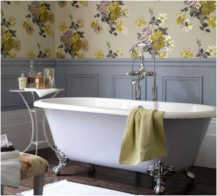 В винтажной ванной уместны обои с цветочным паттерном