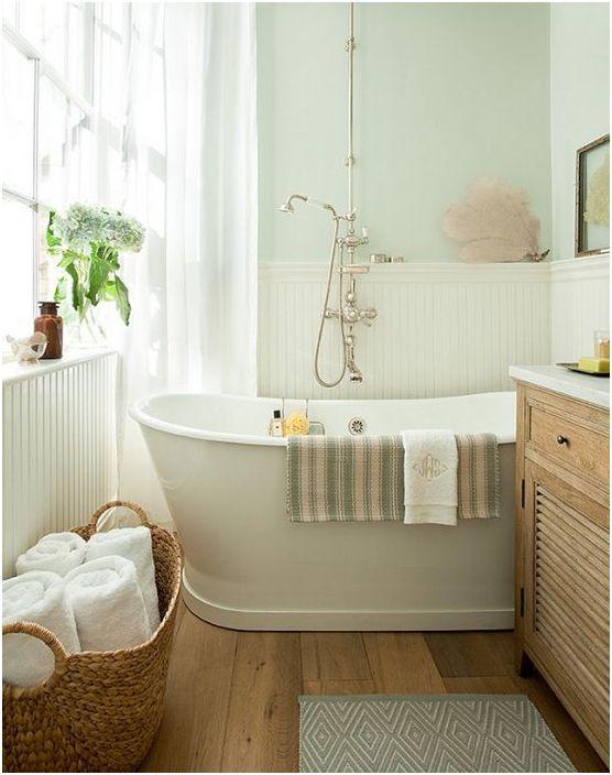 В винтажной ванной хорошо смотрятся светлые окрашенные стены