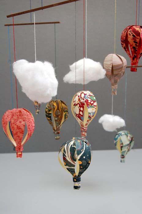 Мобилен с играчки под формата на балони.