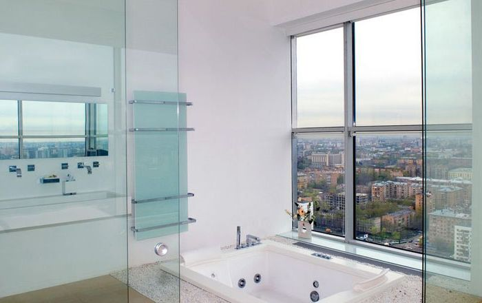 Интерьер стеклянной ванной комнаты