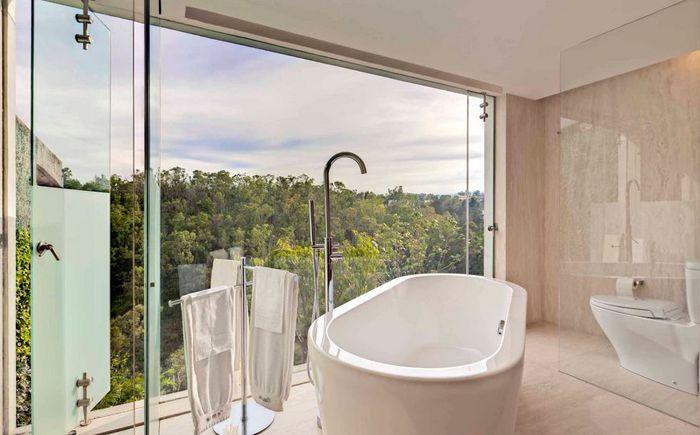 Просторная ванная с панорамным видом