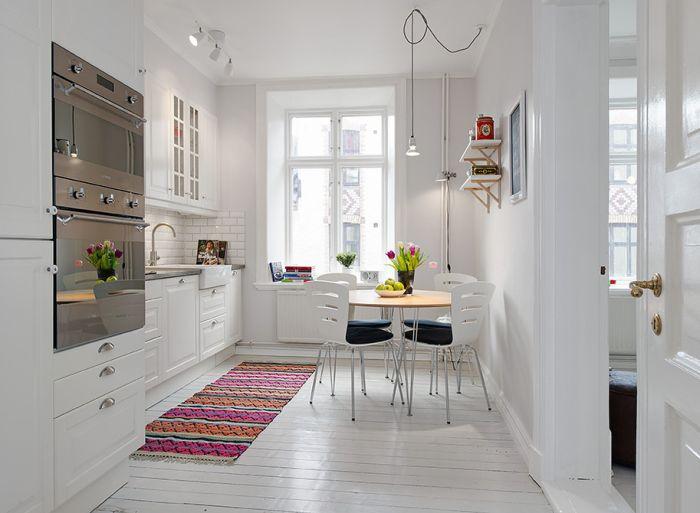 Килимът е необичайно парче от кухненския интериор.