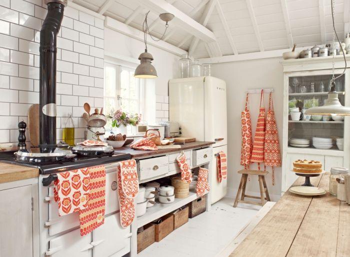 Цветни кърпи красят кухнята.