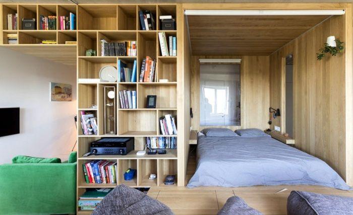 Oryginalne wnętrze sypialni z niestandardowymi rozwiązaniami architektonicznymi.