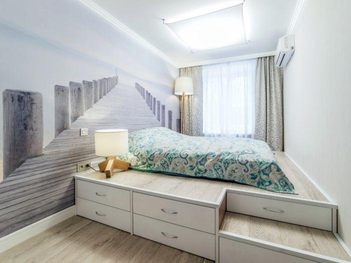 Спальня на подиуме.