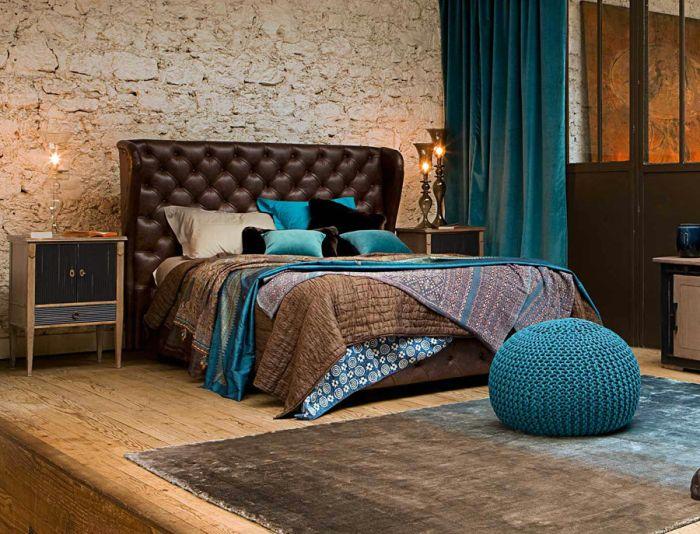 Aksamitny dywan i zasłony we wnętrzu sypialni.