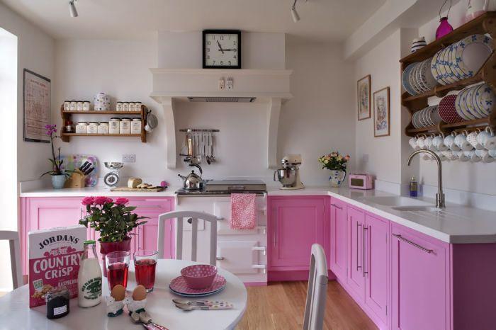 Valkoinen ja vaaleanpunainen keittiö ei näytä mautiselta.