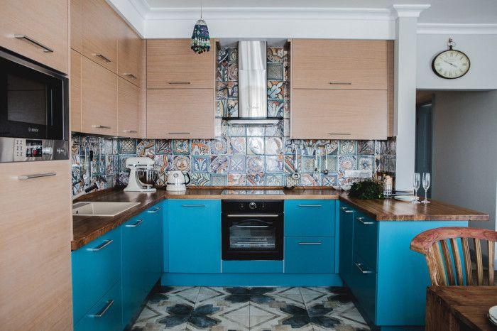 Beigen ja sinisen yhdistelmä huonekalusuunnittelussa.