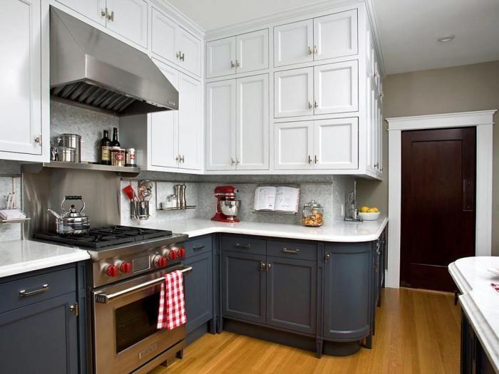 Tummansininen ja valkoinen on hieno, mutta epästandardi yhdistelmä keittiöön.