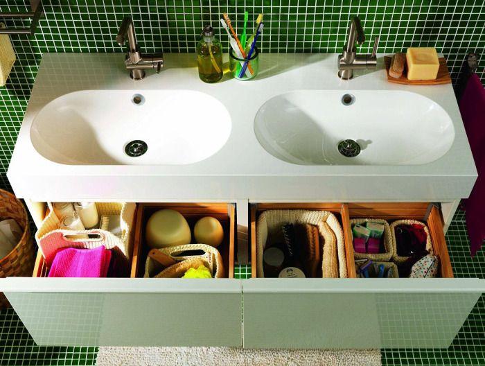 Организирани кутии за съхранение в банята.
