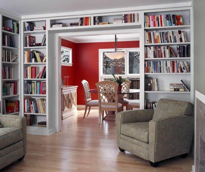 Библиотеката е в хола.