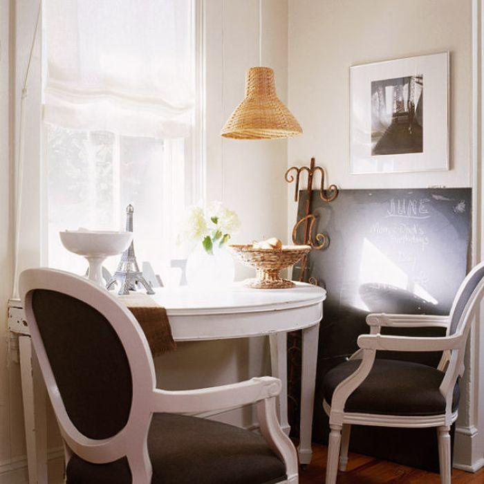Консоль у окна заменяет журнальный столик.