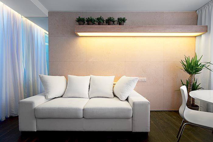 Рационално използване на стената зад дивана.