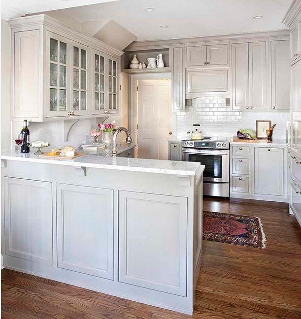 Белый интерьер маленькой кухни изобилует блеском.