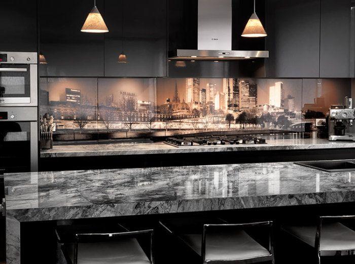 Кухненска престилка, изработена от стъкло с фотопринт, създава настроение за интериора.