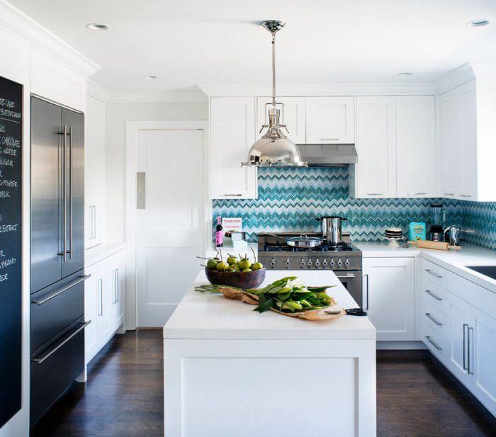 Синя престилка е декорация на кухнята.