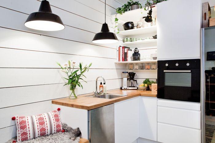 Холодный оттенок белого в интерьере кухни.