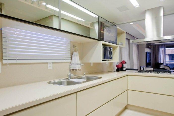 Топлият нюанс на бялото прави кухнята по-уютна.