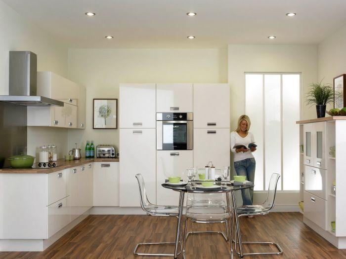 Мебелите и стените са различни нюанси на бялото.