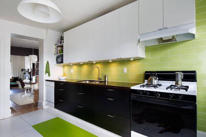 Бяла и черна кухня с добавяне на контрастни цветове.