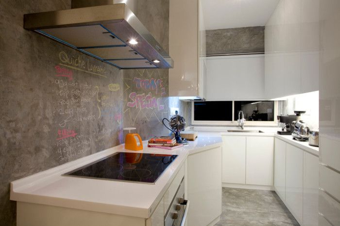Стените в кухнята са от бетон.