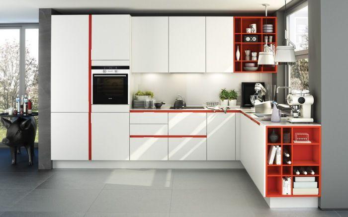 Окрашеннные изнутри полки гармонируют с цветными вставками на мебельных фасадах.