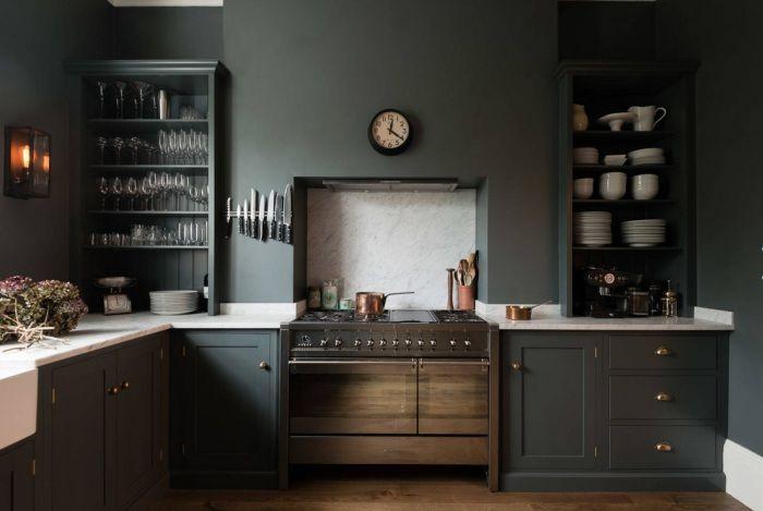 Кухня с бели детайли.