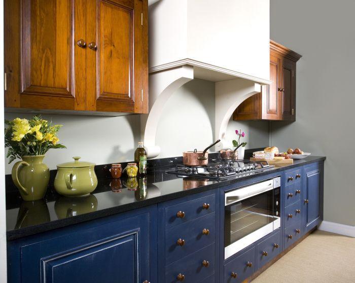 Комбинацията от кафяво и синьо в интериора на кухнята.
