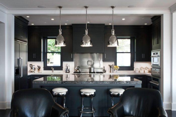 Тъмната кухня осигурява максимална естествена светлина от различни източници.