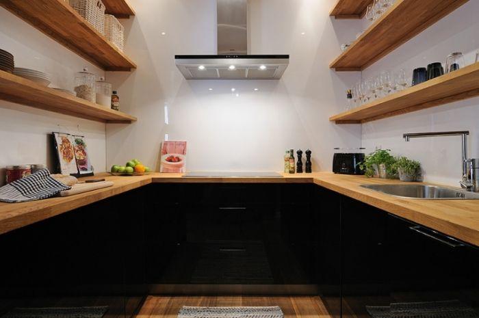 Дървените облицовки правят интериора на кухнята уютен.