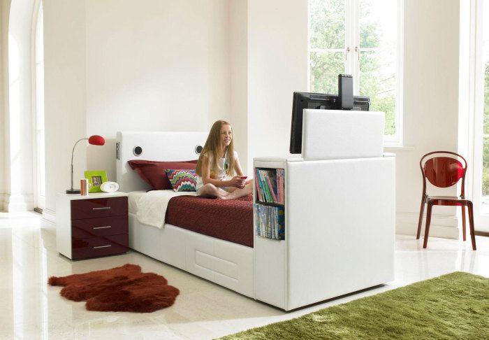 Отдельная полка для телевизора в маленькой спальне - непозволительная роскошь.