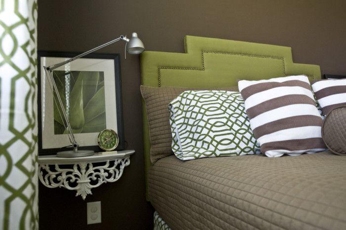 Прикроватные полки - простое, но эффектное решение для маленькой спальни.