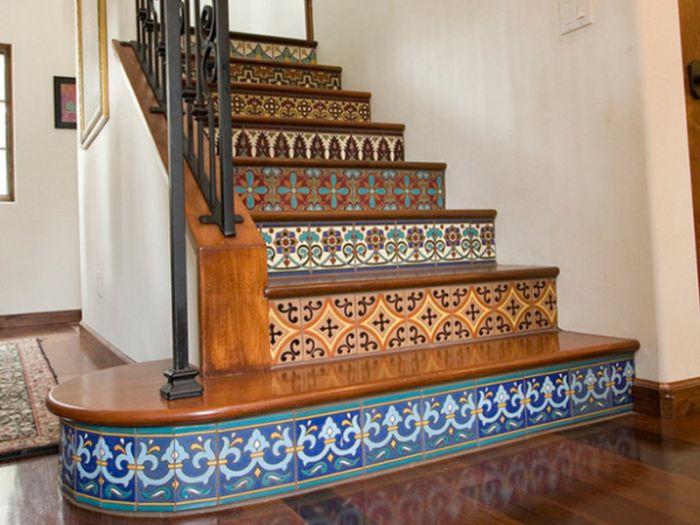 Стълбището с плочки се превръща в ярък интериорен акцент.