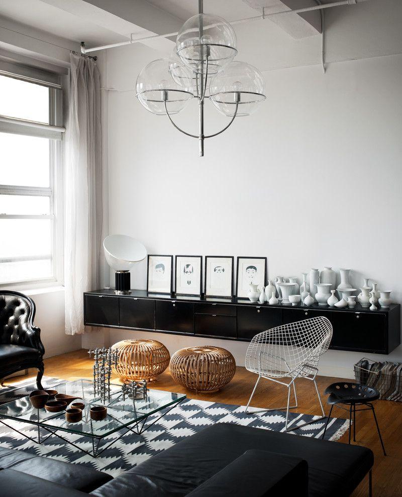 Дивный светильник в интерьере помещения
