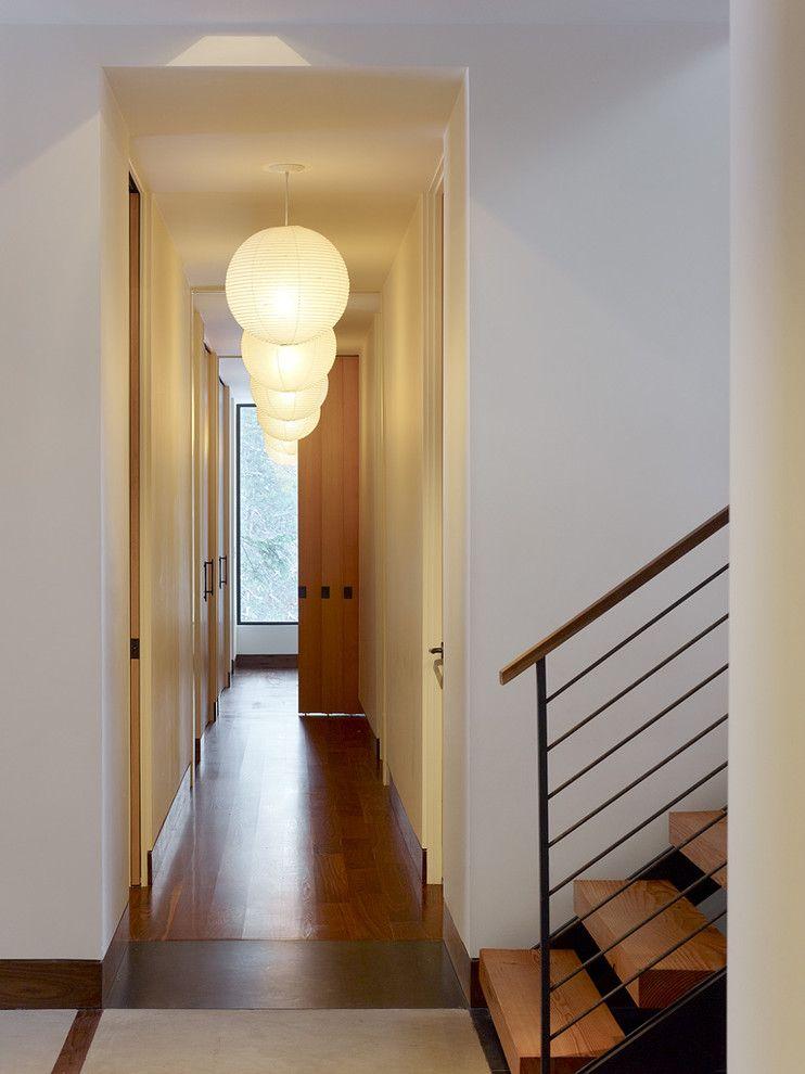 Яркий светильник в интерьере помещения