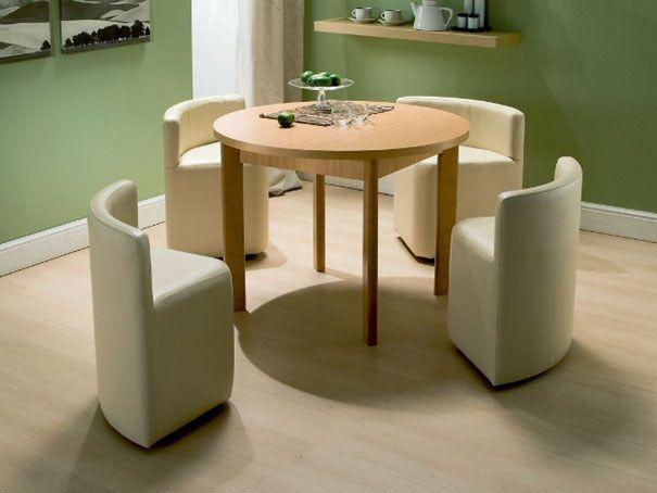 Nydelige stoler og et bord med vase