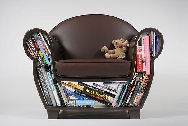 Unik lenestol med en nisje fylt med bøker