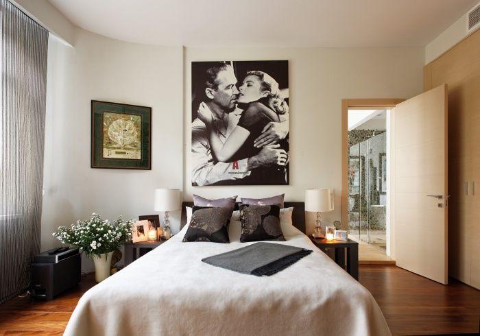 Завесите, щорите или завесите са задължителни в спалнята.