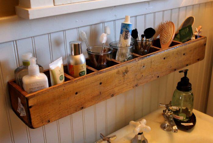 Удобен рафт над мивката.