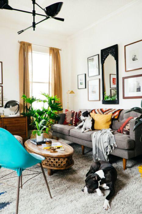 Alacsony bútorok egy kis nappaliba.