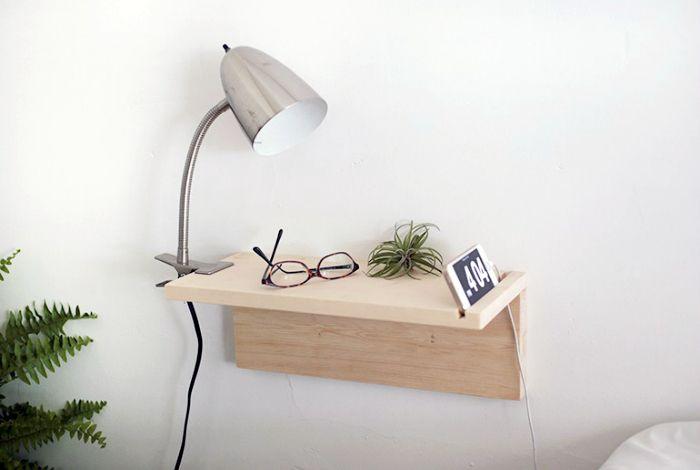 Компактна висяща маса вместо нощно шкафче.
